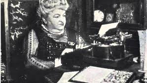 emilia escribiendo a máquina