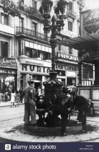 barcelona-fuente-de-canaletas-en-las-ramblas-frente-al-bar-nria-y-canaletas-ao-1940-P7EXYC